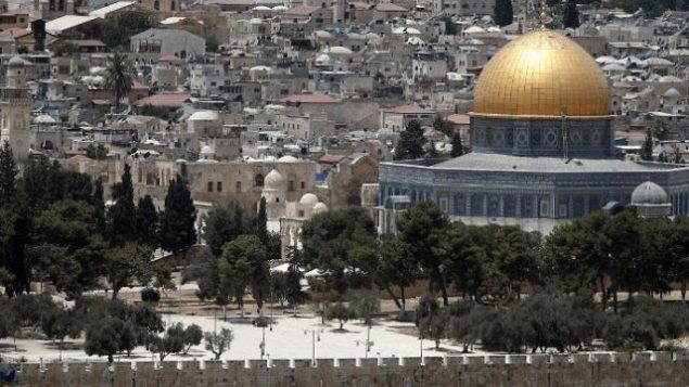 صورة تم التقاطها في 17 يوليو، 2017، يظهر فيها الحرم القدسي في البلدة القديمة في القدس. (AFP Photo/Thomas Coex)