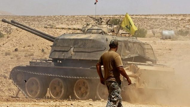 دبابة تحمل راية 'حزب الله' بالقرب من مدينة قارة في منطقة قلمون، 28 أغسطس، 2017. (AFP Photo/Louai Beshara)