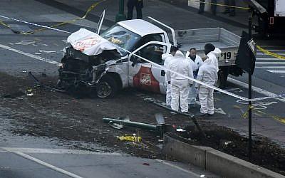 المحققون يفتشون شاحنة تم استخدامها في ما يبدو كهجوم دهس لركاب دراجات في نيويورك، 31 أكتوبر، 2017. (AFP Photo/Don Emmert)