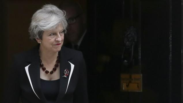 رئيسة الوزراء البريطانية تخرج من مقر الحكومة في لندن للترحيب برئيس الوزراء الإسرائيلي بنيامين نتنياهو، 2 نوفمبر 2017 (AFP PHOTO / Daniel LEAL-OLIVAS)