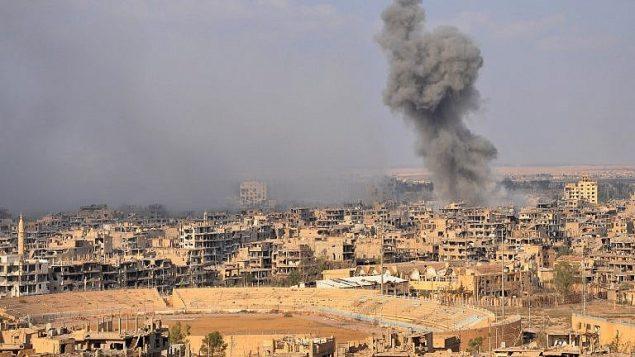 الدخان يتصاعد من مدينة دير الزور شرقي سوريا خلال عملية للقوات النظام السوري ضد مقاتلي تنظيم 'الدولة الإسلامية' في 2 نوفمبر،  2017. (AFP/Stringer)