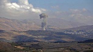 سحب الدخان تتصاعد من قرية الحضر الدرزية السورية في 3 نوفمبر، 2017، كما تظهر من الجانب الإسرائيلي لهضبة الجولان. (AFP/JALAA MAREY)