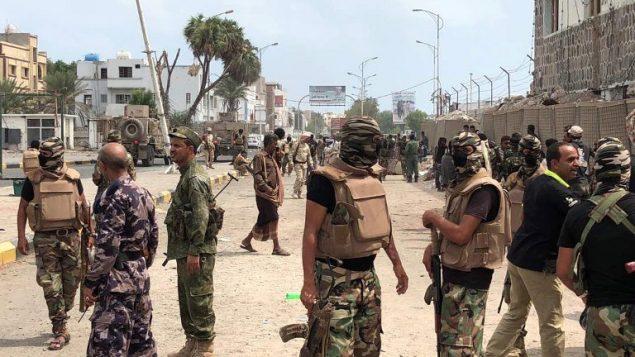 قوات الامن اليمينية تفحص موقع عملية انتحارية في مدينة عدن، جنوب اليمين، 5 نوفمبر 2017 (AFP PHOTO / STRINGER)