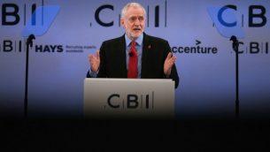 ويتحدث جيريمي كوربين زعيم حزب العمل المعارض في بريطانيا أمام المندوبين في المؤتمر السنوي للاتحاد الصناعي البريطاني في شرق لندن، في 6 نوفمبر 2017. (Daniel LEAL-OLIVAS / AFP)
