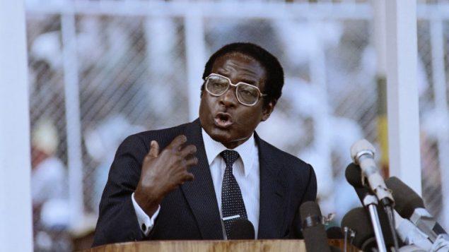 رئيس زيمبابوي روبرت موغابي في هراري، 4 مارس 1990 (ALEXANDER JOE / AFP)