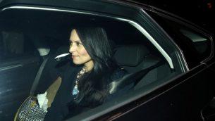 وزيرة التطوير الدولي البريطانية بريتي باتل تغادر مقر الحكومة في لندن، 8 نوفمبر 2017 (AFP/Adrian Dennis)