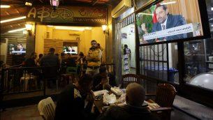 مواطنون لبنانيون يشاهدون مقابلة مع رئيس الوزراء اللبناني المستقيل سعد الحريري في مقهى في بيروت، 12 نوفمبر، 2017. (AFP PHOTO / ANWAR AMRO)