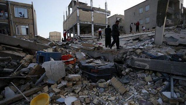أشخاص من بينهم عمال إنقاذ يقومون بعمليات بحث وإنقاذ بعد  زلزال بقوة 7.3 درجة في مدينة سربل ذهاب في منطقة كرمنشاه، 13 نوفمبر، 2017. (AFP/ISNA /POURIA PAKIZEH)