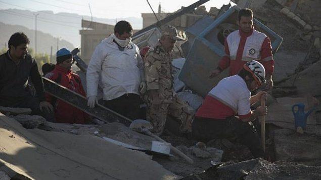 عمال الإنقاذ يبحثون عن ناجين بين الأنقاض بعد  زلزال بقوة 7.3 درجة في مدينة سربل ذهاب في منطقة كرمنشاه، 13 نوفمبر، 2017. (AFP/TASNIM NEWS/Farzad MENATI)