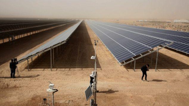 الواح شمسية في اكبر محطة لتوليد الطتقة الشمسية في مخيم لاجئين، في مخيم الزعتري، الاردن، 13 نوفمبر 2017 (KHALIL MAZRAAWI / AFP)