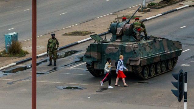 مدرعات لجيش زيمبابوي في العاصمة هراري، 15 نوفمبر 2017 (AFP)