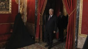 الرئيس الفلسطيني محمود عباس قبل لقاء مع الملك الاسباني فيليب والملكة ليتسيا في القصر الملكي في مدريد، 20 نوفمبر 2017 (AFP PHOTO / POOL / JUAN MEDINA)