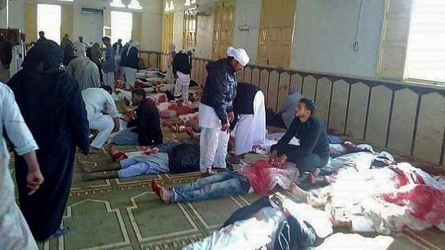 جثامين ضحايا هجوم اطلاق نار وتفحير داخل مسجد في شبه جزيرة سيناء المصرية، 24 نوفمبر 2017 (AFP PHOTO / STRINGER)