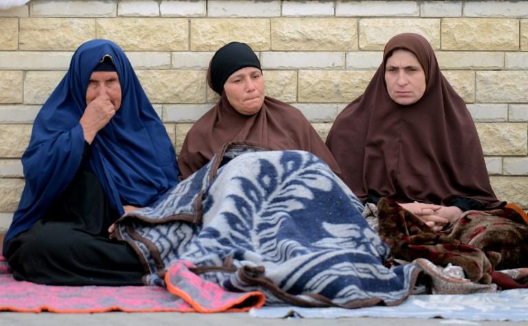 أقارب ضحايا هجوم إطلاق نار وتفجير في مسجد الروضة، التي تبعد 40 كيلمترا عن عاصمة محافظة شمال سيناء العريش، حيث تم نقلهم إلى مدينة الإسماعيلية الساحلية لتلقي العلاج في أعقاب الهجوم الدامي الذي وقع في اليوم السابق، 25 نوفمبر، 2017 ( AFP PHOTO / MOHAMED EL-SHAHED)