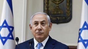 رئيس الوزراء بينيامين نتنياهو يفتحح الجلسة الأسبوعية للحكومة في مكتبه في القدس، 26 نوفمبر، 2017. (AFP/GALI TIBBON)