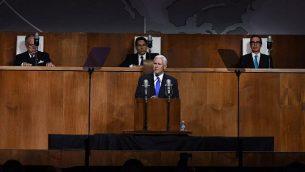 """نائب الرئيس الأمريكي مايك بنس يلقي كلمة خلال مشاركته حدث نظمته البعثة الدائمة لإسرائيل لدى الأمم المتحدة للاحتفال بالذكرى ال70 لتصوبت الأمم المتحدة على قرار يدعو إلى """"إقامة دولة يهودية في أرض إسرائيل""""، في متحف """"كوينز"""" في نيويورك، 28 نوفمبر، 2017. (AFP/TIMOTHY A. CLARY)"""