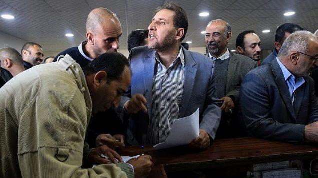 موظفي السلطة الفلسطينية الحكوميين يجتمعون للعودة الى العمل في مقر وزارة المالية الفلسطينية في غزة، 29 نوفمبر 2017 (AFP PHOTO / MOHAMMED ABED)