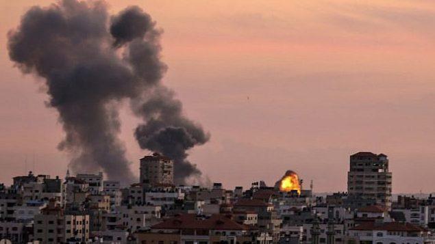 الدخان يتصاعد من موقع تابع لحركة 'الجهاد الإسلامي' بالقرب من مدينة غزة بعد قصفه من قبل طائرات إسرائيلية في 30 نوفمبر، 2017، ردا على إطلاق قذائف استهدفت قوات إسرائيلية شمال شرق قطاع غزة في وقت سابق من اليوم. (Mahmud Hams/AFP)