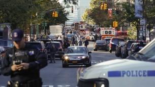 شرطة نيويورك تستجيب لتقارير عن إصابة عدد من الأشخاص بعد اصطدام شاحنة بهم في مسار مخصص للدراجات في مانهاتن السفلى في 31 أكتوبر، 2017 في مدينة نيويورك،. ( Kena Betancur/Getty Images/AFP)
