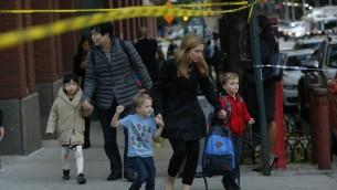 إخلاء أطفال من مدرسة بعد قيام رجل يقود شاحنة مستأجرة بدهس وقتل ثمانية أشخاص في مسار مخصص للدراجات  في مانهاتن السفلى، ما أسفر عن مقتل 8 أشخاص، 31 أكتوبر، 2017 في نيويورك. ( Kena Betancur/Getty Images/AFP)