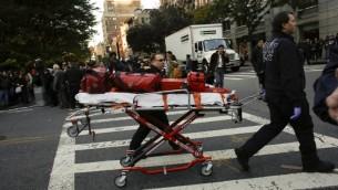 طواقم الطوارئ تصل إلى موقع هجوم قام خلاله سائق شاحنة مستأجرة بدهس أشخاص على مسار مخصص للدراجات في مانهاتن السفلى، ما أسفر عن مقتل 8 أشخاص، 31 أكتوبر، 2017 في نيويورك. (Kena Betancur/Getty Images/AFP)