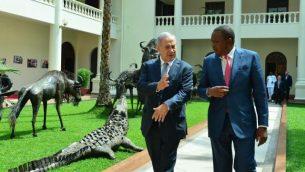 الرئيس الكيني أوهورو كينياتا (وسط الصورة من اليسار) ورئيس الوزراء الإسرائيلي بينيامين نتنياهو يلتقيان في نيروبي في 5 يوليو، 2016. (Photo by Kobi Gideon/GPO)