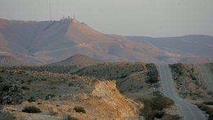 جبل حريف والطريق على طول الحدود بين إسرائيل ومصر. (Moshe Shai/Flash90)