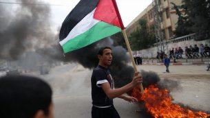 ملف: فلسطينيون يحتجون في غزة، 12 نوفمبر / تشرين الثاني 2012. (Wissam Nassar/Flash90)