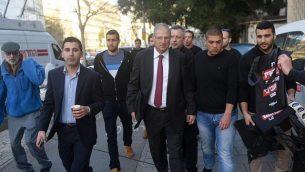 دافيد شيمرون، المحامي الشخصي لرئيس الوزراء بينيامين نتنياهو، يصل إلى مؤتمر صحفي لحزب 'الليكود' في تل أبيب، 1 فبراير، 2015. (Flash90)