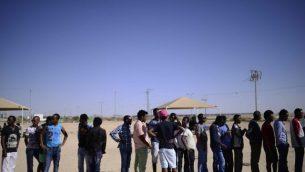 طالبو لجوء أفارقة عند مدخل مركز احتجاز حولوت في جنوب إسرائيل للاحتفال بيوم اللاجئين الدولي يوم السبت 18 يونيو / حزيران 2016. (Tomer Neuberg/Flash90)