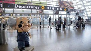 تمثال دافيد بن غوريون في قاعة المغادرة في مطار بن غوريون الدولي في 5 أكتوبر 2016. (Nati Shohat/FLASH90)