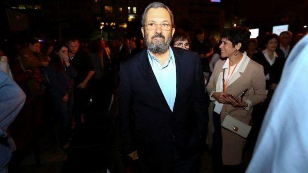 رئيس الوزراء الأسلق إيهود باراك في تجمع بمناسبة 'يوم الذكرى' في ميدان رابين في تل أبيب، 30 أبريل، 2017. (Shlomi Cohen/Flash90)