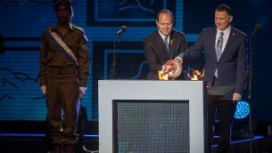 المتحدث باسم الكنيست يولي إدلشتاين، يمين، وعمدة القدس نير بركات، يشعلون  الشعلة الاحتفالية خلال مراسم الدولة الرسمية بمناسبة عيد الاستقلال ال 69 في جبل هرتسل، القدس، 1 مايو 2017. (Hadas Parush/Flash90)