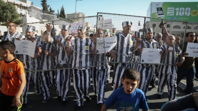 فلسطينيون يشاركون في تظاهرة تضامنا مع الأسرى الفلسطينيين المضربين عن الطعام في السجون الإسرائيلية، في مدينة بيت لحم في الضفة الغربية، 4 مايو، 2017. (Flash90)