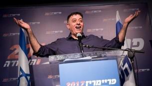 زعيم حزب 'العمل' المنتخب حديثا آفي غباي في مقر الانتخابات التمهيدية لحزب 'العمل' في تل أبيب، 10 يوليو، 2017. (Miriam Alster/Flash90)