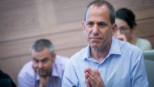 رئيس هيئة الأوراق المالية الإسرائيلية شموئيل هاوزر في اجتماع للجنة المالية في الكنيست في 11 سبتمبر 2017. (Miriam Alster/FLASH90)