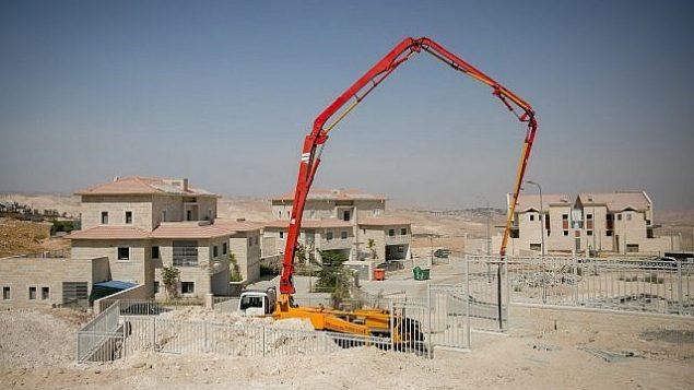 صورة توضيحية لأعمال بناء لمنازل جديدة في مستوطنة معاليه أدوميم في الضفة الغربية، 25 سبتمبر، 2017. (Miriam Alster/Flash90)