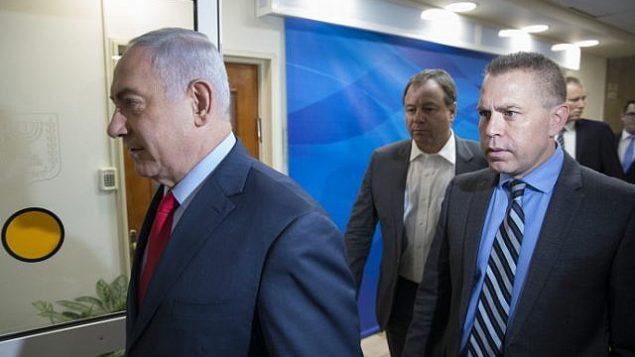 رئيس الوزراء بينيامين نتنياهو ووزير الأمن العام غلعاد إردان يصلان للمشاركة في جلسة للحكومة في مكتب رئيس الوزراء في القدس، 1 أكتوبر، 2017. (Amit Shabi/POOL/Flash90)