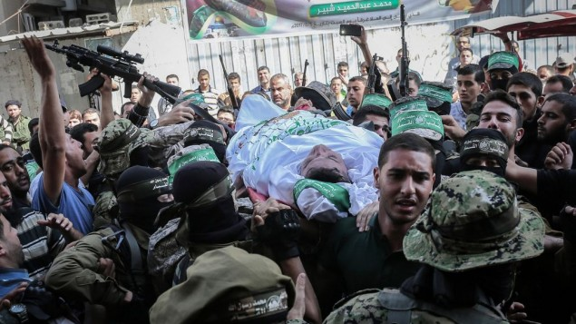 اعضاء في الذراع العسكري لحركة حماس خلال تشييع جثمان مصباح شبير (30 عاما) في خان يونس، 31 اكتوبر 2017 (Abed Rahim Khatib/Flash90)
