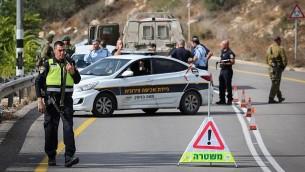 قوات إسرائيلية بالقرب من مستوطنة حلميش في الضفة الغربية، حيث قام جنود إسرائيليون بإطلاق النار على مركبة فلسطينية بعد أن زادت من سرعتها، بحسب رواية الجنود، ما أسفر عن مقتل سائقها الفلسطيني. (Flash90)