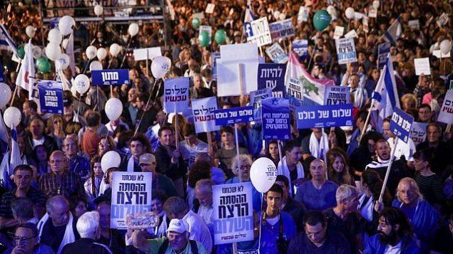 إسرائيليون يحيون الذكرى ال22 لاغتيال رئيس الوزراء يتسحاق رابين، في ميدان رابين في تل أبيب، 4 نوفمبر، 2017. (Miriam Alster/Flash90)
