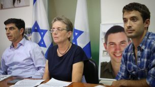 عائلة الجندي الإسرائيلي هدار غولدين خلال مؤتمر صحفي في تل ابيب، 5 نوفمبر 2017 (Flash90)