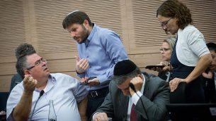 رئيس الإئتلاف عضو الكنيست دافيد بيتان، من اليسار، وعضو الكنيست بتسلئيل سموتريتش (البيت اليهودي)، الثاني من اليسار، خلال جلسة للجنة المالية في الكنيست، 6 نوفمبر، 2017. (Miriam Alster/Flash90)