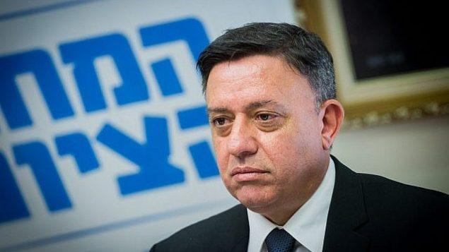 رئيس قائمة 'المعسكر الصهيوني' آفي غباس يترأس جلسة للحزب في الكنيست، 6 نوفمبر، 2017. (Miriam Alster/Flash90)