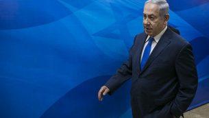 بنيامين نتنياهو يصل إلى الاجتماع الأسبوعي لمجلس الوزراء في مكتب رئيس الوزراء في القدس في 7 نوفمبر 2017. (Olivier Fitoussi/Pool/Flash90)