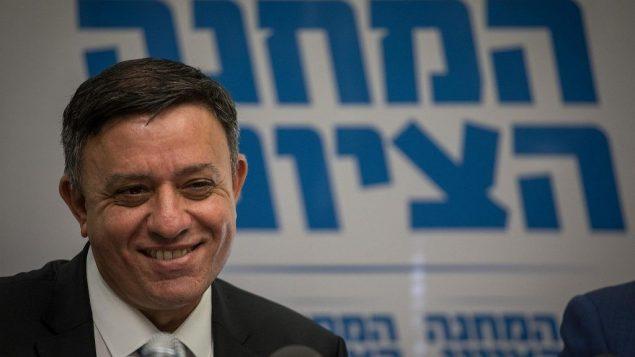 زعيم المعسكر الصهيوني آفي غاباي يترأس جلسة الحزب في الكنيست، 13 نوفمبر 2017 (Hadas Parush/Flash90)