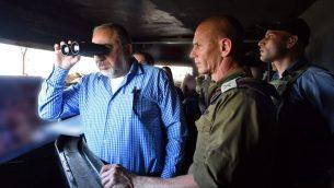 وزير الدفاع افيغادور ليبرمان خلال زيارة الى حدود اسرائيل الشمالية، 14 نوفمبر 2017 (Ariel Hermoni/Ministry of Defense)