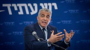 يئير لبيد يترأس جلسة حزب يش عتيد في الكنيست، 20 نوفمبر 2017 (Yonatan Sindel/Flash90)