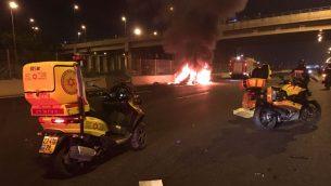 سيارة مشتعلة في اعقاب انفجار مدوي في تل ابيب، 16 نوفمبر 2017 (MDA)