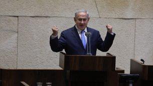 رئيس الوزراء بينيامين نتنياهو يلقي كلمة امام جلسة خاصة في الكنيست بمناسبة مرور 40 عاما على زيارة الرئيس المصري أنور السادات إلى البرلمان الإسرائيلي، 21 نوفمبر، 2017. (Yitzhak Harari/Knesset spokesperson's office)